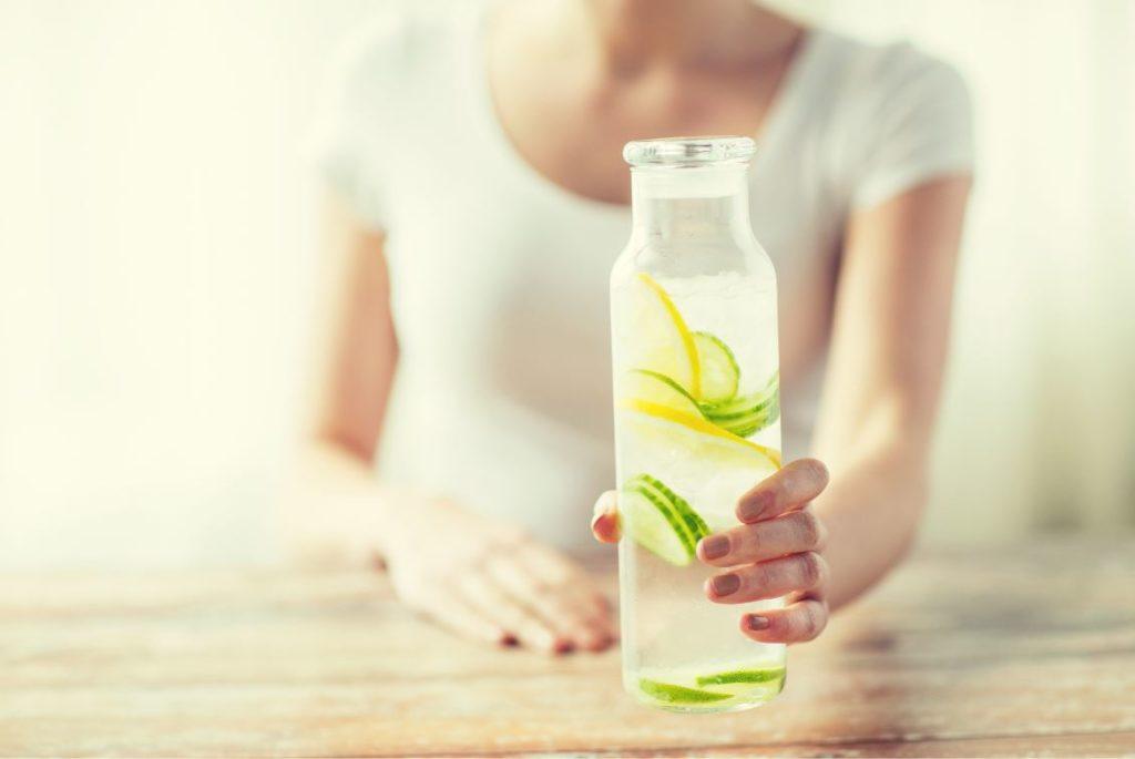 fles met water, citroen en komkommer